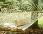 Надо отдыхать гамак в саду, книга, шляпа