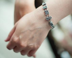 За что любят, серебряный браслет на женской руке Миниатюра