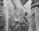 Держать друг друга за руки