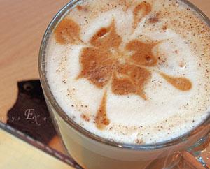 За чашкой кофе Чашка кофе в кофейне