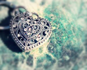 Сайты знакомств, серебряное сердце на малахите