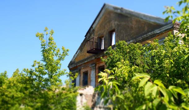 Зеленое лето Старое здание
