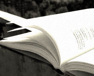 Раскрытая книга черно-белое фото Читать хорошие книги