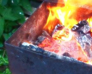 Пламя костра в мангале Мне все равно