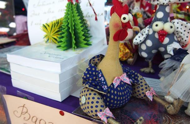 Куклы ручной работы Петух бежевый с синим
