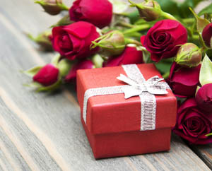 Красная подарочная коробка и розы Весенний розыгрыш метафорических карт