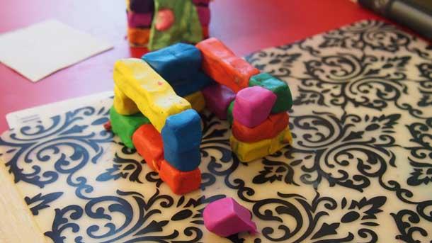 Как построить дом из пластилина Три ряда кирпичей
