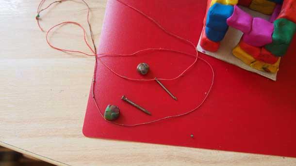 Как построить дом из пластилина Гвоздики и нитка