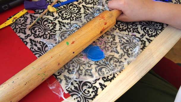 Как построить дом из пластилина Раскатываем скалкой
