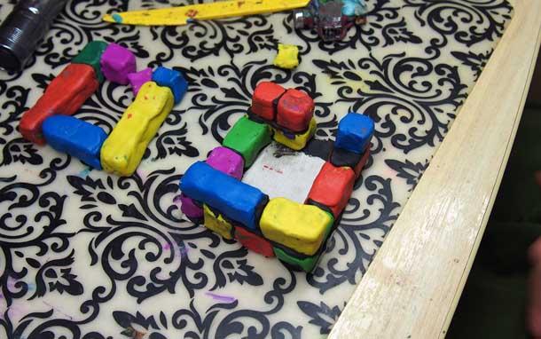 Как построить дом из пластилина Второй ряд