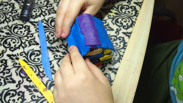 Как построить дом из пластилина Крепим крышу