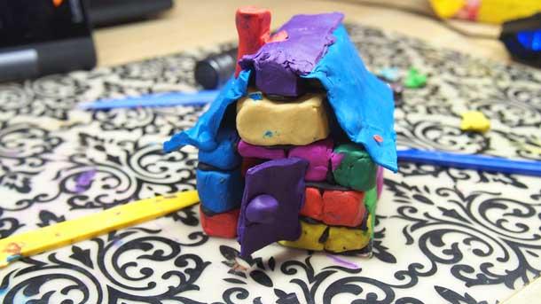 Как построить дом из пластилина Прикрепляем дверь