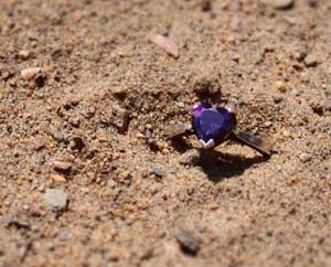 Кольцо с фиолетовым камнем в песке Я так скучаю по тебе