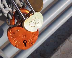 Любовные замки на мосту Мы не принадлежим друг другу