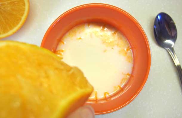 Апельсиновый раф Выдавливаем в чашку сок