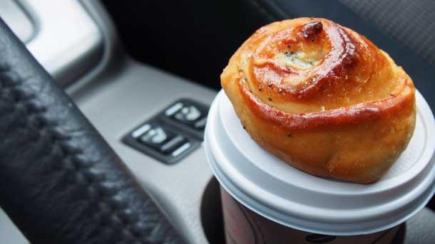 Чем заняться в машине в дороге Кофе с булочкой