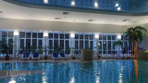 Отель Борвиха Бердск Бассейн в вечернем освещении
