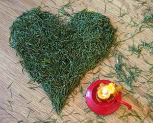 Как это прекратить Сердце из еловых иголок и свечка